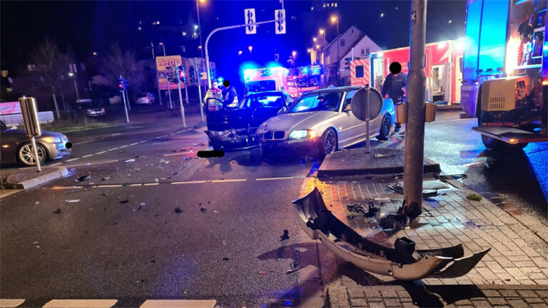 Schwerer Unfall am Lennekreuz in Plettenberg